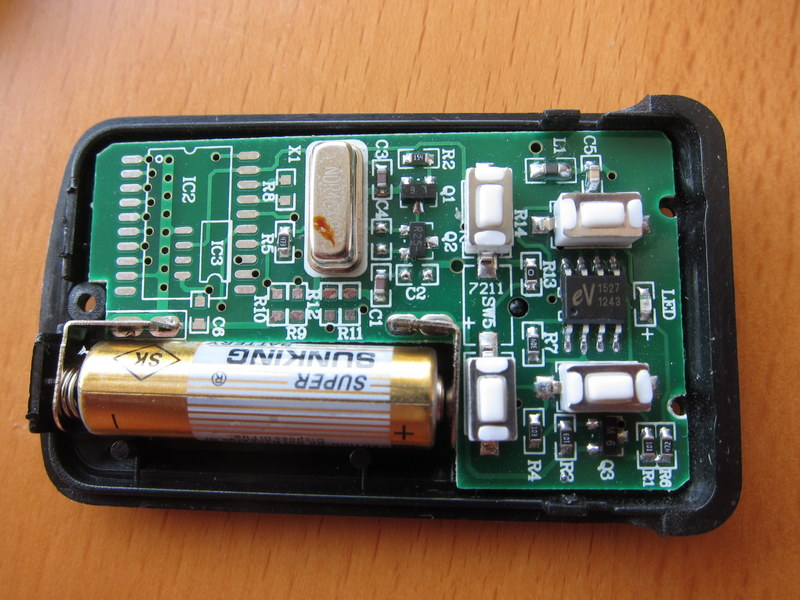 Garage remote showing EV1527 chipset